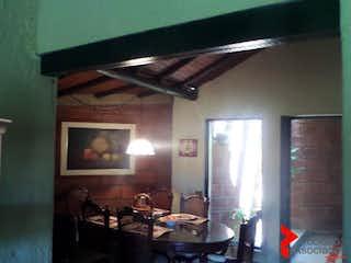 Una cocina con una mesa y sillas en ella en FINCA EN GUARNE