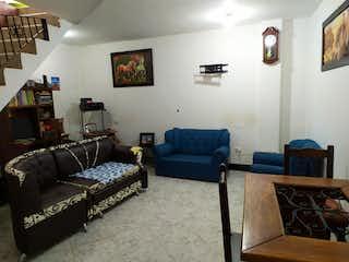 Una sala de estar llena de muebles y una televisión de pantalla plana en Venta Casa en Marinilla
