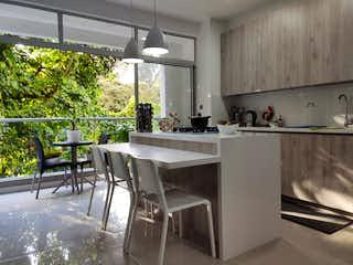 Una cocina con una mesa blanca y sillas en Vendo apartamento  Sur América VERDE VIVO