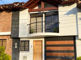 Una casa que tiene una ventana en ella en VENDO CASA LA CEJA, MARIA AUXILIADORA