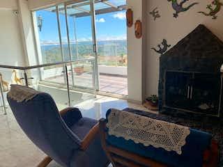 Una sala de estar con un sofá y una mesa en Casa en venta en Piedras Blancas, de 11484mtrs2