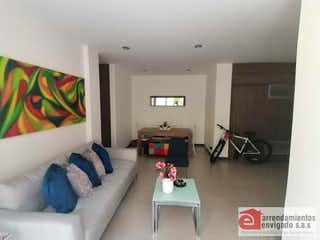 Una sala de estar llena de muebles y una mesa en BRUJAS CAMPESTRE
