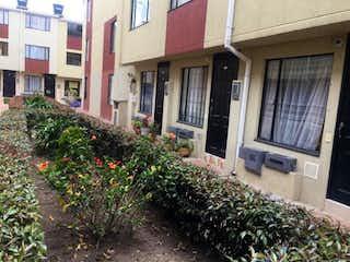 Una planta en maceta sentada al lado de un edificio en Casa En Venta En Funza Villa Diana