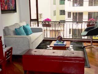Una mujer sentada en un sofá en una sala de estar en C005RINCON DEL CHICO EXTERIOR