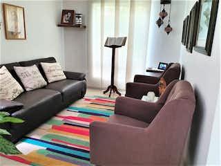 Una sala de estar llena de muebles y una ventana en Venta casa Milán Vallejuelos Envigado Antioquia