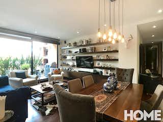 Una sala de estar llena de muebles y una lámpara de araña en ESPACIOSO APTO DE 3HABS Y AMPLIA ZONA SOCIAL – VENTA- Cra 7A Cll 97- CHICO RESERVADO