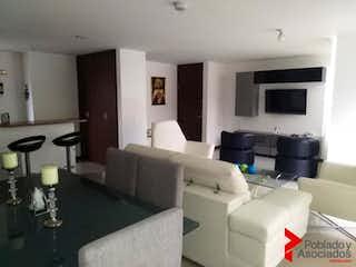 Una sala de estar llena de muebles y una televisión de pantalla plana en OPERA