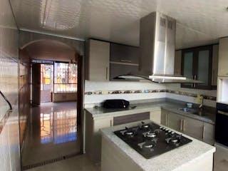 Una cocina con una estufa y un refrigerador en VENTA CASA RINCON DE MOLINOS