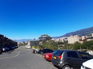 Un coche está estacionado en el lado de la carretera en Apartamento en Venta en Envigado
