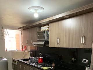 Una cocina con una estufa y un fregadero en SE VENDE APARTAMENTO EN ENVIGADO CERCA AL HOSPITAL MANUEL URIBE NGEL