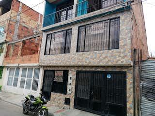 Una motocicleta estacionada delante de un edificio en VENTA CASA MOSQUERA
