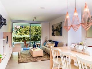 Una sala de estar llena de muebles y una lámpara de araña en Fuente Clara