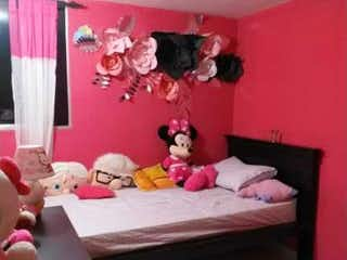 Una cama con una manta rosa y una almohada rosa en Apartamento En Piso 13 Barrio Mirador Bello - Antioquia