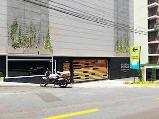 Una motocicleta estacionada delante de un edificio en Apartamento en Venta SURAMERICA