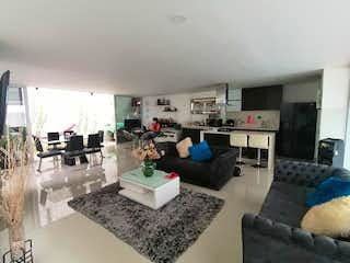 Una sala de estar llena de muebles y una mesa en Casa en venta en Loma del Atravezado, de 192mtrs2