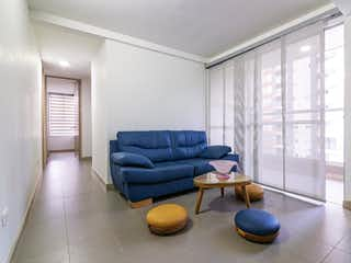 Una sala de estar llena de muebles y una gran ventana en Apartamento en Venta LOMA DE LOS BERNAL