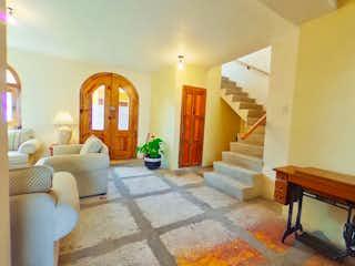 Una sala de estar llena de muebles y una chimenea en Casa en Fraccionamiento ideal para invertir