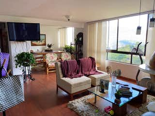 Una sala de estar llena de muebles y una televisión de pantalla plana en 103426 - Vendo apartamento Loma del Indio Medellín
