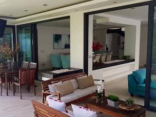 Una sala de estar llena de muebles y una ventana en Excelente casa en Venta y Renta Cumbres  Santa Fe