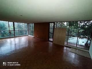 Una habitación con suelos de madera y una gran ventana en Departamento en Venta, en La Magdalena Contreras , Ciudad de México