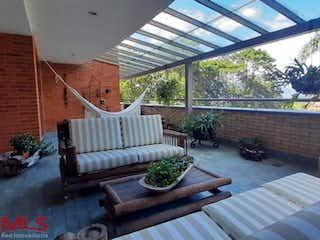 Una sala de estar llena de muebles y una gran ventana en Balcones De La Calera