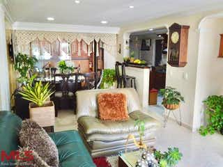 Una sala de estar llena de muebles y flores en Villas De Vallejuelo