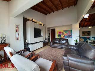 Una sala de estar llena de muebles y una televisión de pantalla plana en Recinto de Alejandría