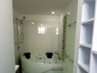 Un inodoro blanco sentado al lado de un lavabo de baño en Apartamento en venta en Cabecera San Antonio De Prado de 150m² con Zonas húmedas...