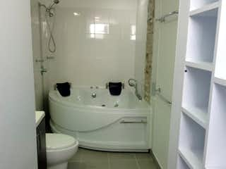 Un inodoro blanco sentado al lado de un lavabo de baño en VENTA PENTHOUSE EN SAN ANTONIO DE PEREIRA