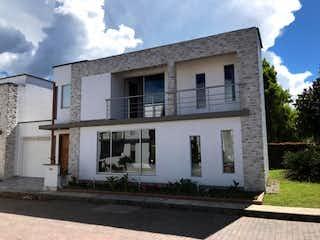 Un pequeño edificio blanco con un edificio blanco en Casa en venta en La Milagrosa, 290m²