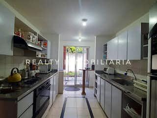 Una cocina con una estufa y un fregadero en Casa en Venta, Envigado, Loma de Las Brujas