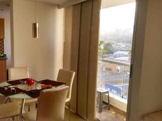 Una cocina con una mesa y sillas en ella en Apartamento en venta en Restrepo Naranjo de 2 hab.