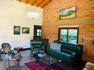 Una sala de estar llena de muebles y una ventana en Casa en venta en Chaparral, de 10000mtrs2