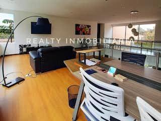 Una sala de estar llena de muebles y una televisión de pantalla plana en Casa en venta en Alto de Las Palmas Indiana, de 3719mtrs2