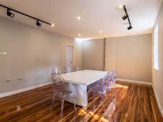 Una sala de estar llena de muebles y un suelo de madera en CASA COMERCIAL PATRIMONIO ARQUITECTNICO CON JARDIN  450M2 - NOGALES