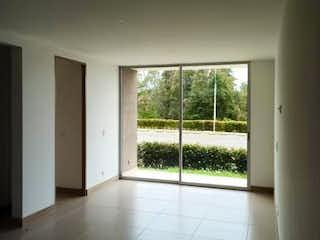 Una habitación con una ventana y una mesa en