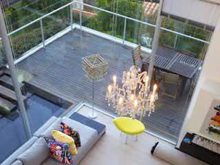 Una sala de estar llena de muebles y una chimenea amarilla en Casa en venta en Los Mangos 350m² con Zonas húmedas...