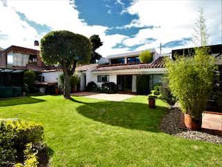Un patio con una casa y una casa en Hermosa casa Santa Barbara Alta