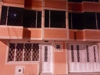 Un estante de madera lleno de muchas ventanas en VENTA/PERMUTA CASA EN BARRIO SAN CARLOS EN TUNJUELITO