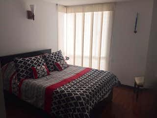 Una cama sentada en un dormitorio junto a una ventana en Apartamento TEJARES NORTE MIRANDELA