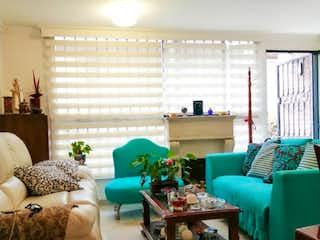 Una sala de estar llena de muebles y una ventana en Venta Casa en Barrio Gratamira