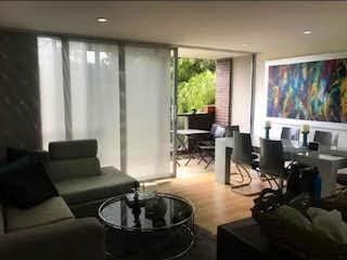 Una sala de estar llena de muebles y una televisión de pantalla plana en Apartamento en venta en Los Balsos, 85mt con balcon