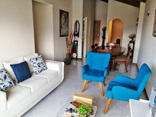 Una sala de estar llena de muebles y una chimenea en Apartamento en venta en Las Acacias, 64mt con balcon