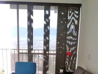 Una sala de estar llena de muebles y una ventana en Apartamento en venta en Suramérica, 67mt con balcon