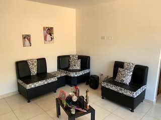 Una sala de estar con un sofá y una mesa de café en Apartamento en venta en Niquía, 57mt