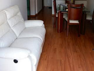 Una sala de estar llena de muebles y un suelo de madera en Apartamento en venta en La Felicidad de 3 habitaciones