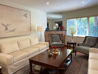 Una sala de estar llena de muebles y una televisión de pantalla plana en BONITA CASA EN VENTA EN HORACIO, POLANCO CON USO DE SUELO