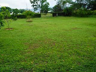 Una vista de un campo herboso con árboles en el fondo en 103643 - VENTA LOTE PLANO UNIDAD CERRADA CERCA A SOPETRAN