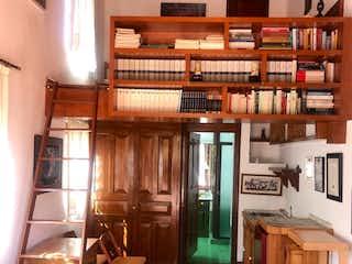 Una habitación llena de un montón de muebles de madera en Espectacular casa en San Jeronimo