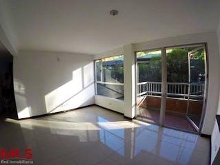 Una gran cocina blanca con un gran ventanal en Veleros Del Este